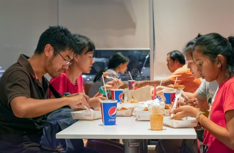 БАНГКОК, ТАИЛАНД - 10-ОЕ МАРТА: Чашка соды полковника Шлифовального прибора бумажная сидит на счетчике в ресторане фаст-фуда KFC  стоковая фотография rf