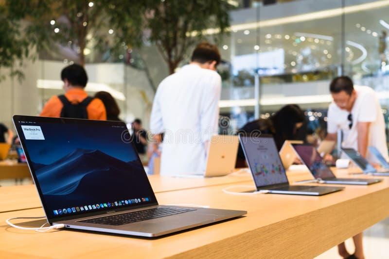 Бангкок, Таиланд - 28-ое февраля 2019: Ноутбук компьютера McBook Pro в магазине Яблока на торговом центре Iconsiam, Бангкоке, Thi стоковые фотографии rf