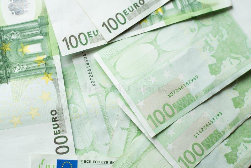 Банк денег евро предпосылка представляет счет евро представляет счет евро 100 одних серия евро стоковое изображение