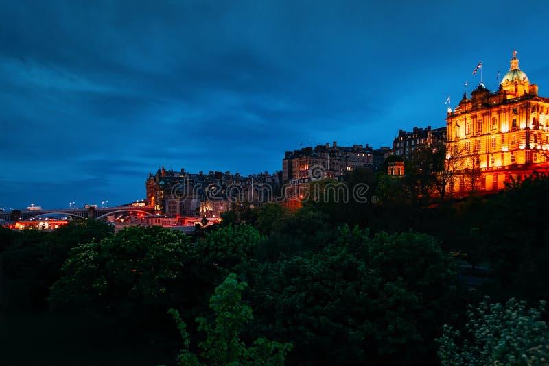 Банк штабов Шотландии на северной ночи Эдинбурга улицы банка стоковое изображение rf