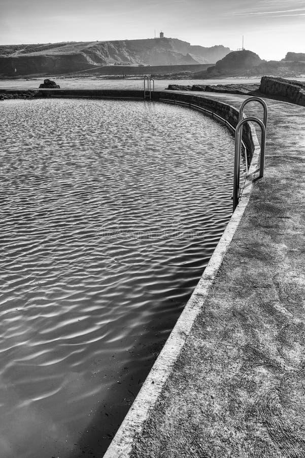 Бассейн морской воды, Bude, Корнуолл черная белизна стоковые изображения