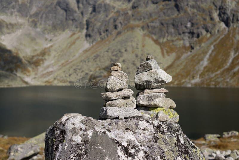 Башни утеса около озера в высоких горах Tatras Словакия стоковые изображения rf
