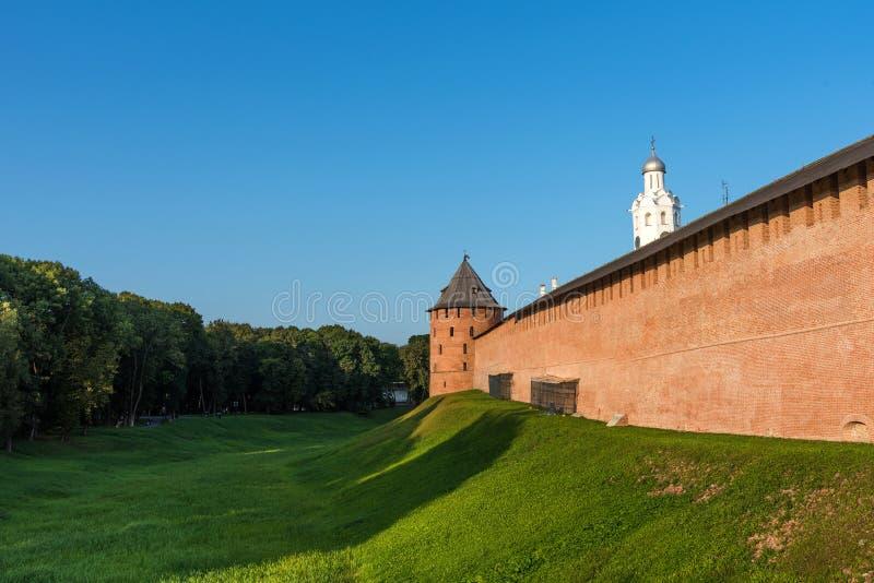 Башня и стены Новгород Кремля в Veliky Новгород, России стоковые изображения rf