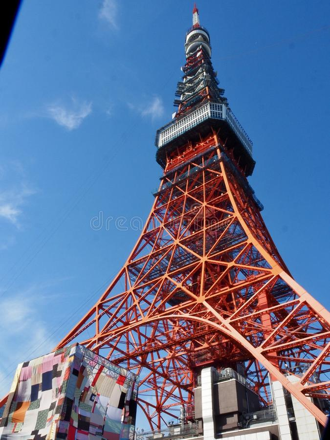 Башня токио с голубым небом стоковые фотографии rf