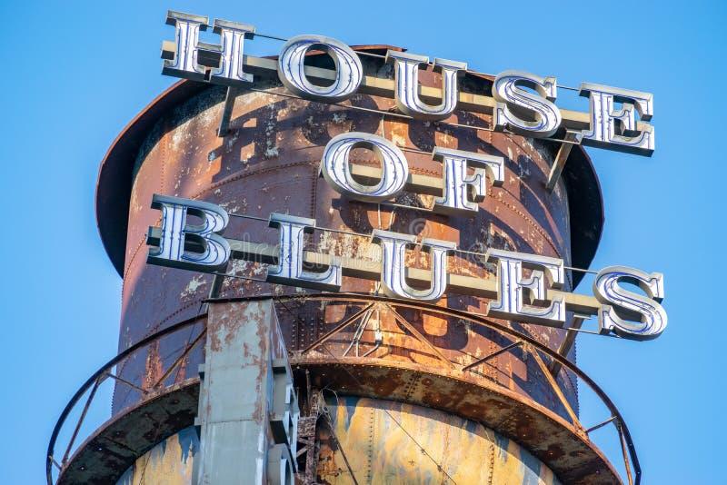 Башня со знаком ресторана Юоусе Оф Блуес стоковое фото rf