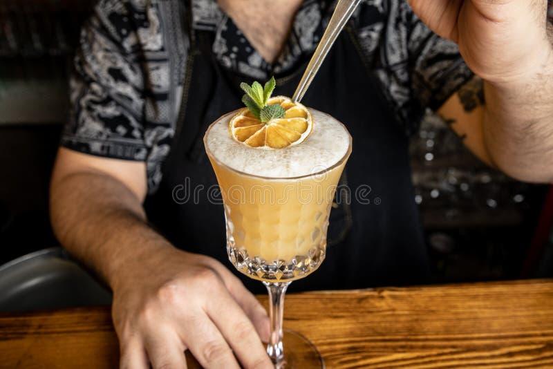 Бармен с коктейлем стоковые изображения rf