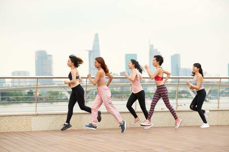 Бежать спортсменки на набережной стоковые фото