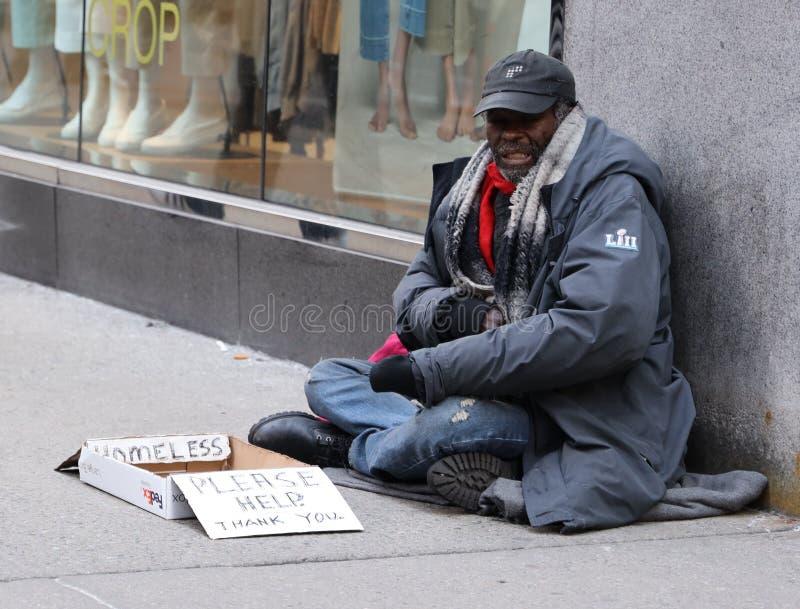 Бездомный человек на 5-ом бульваре в центре города Манхэттене стоковое фото rf