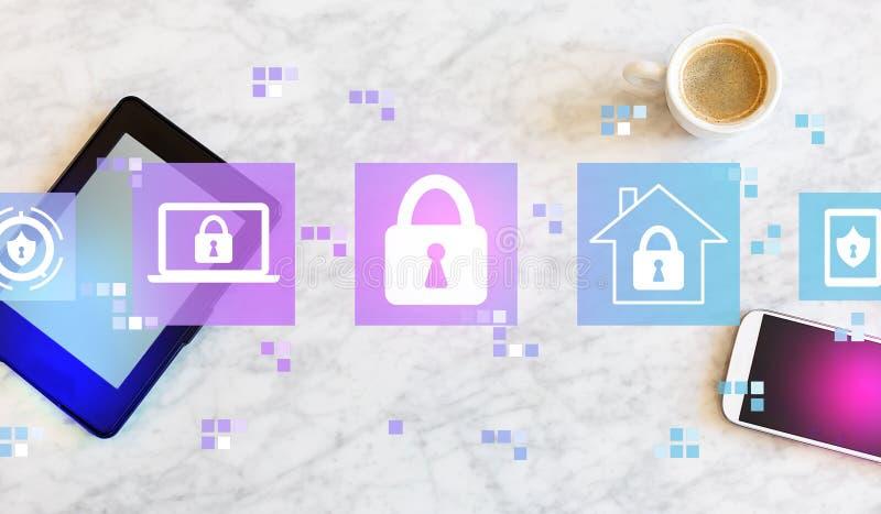 Безопасность кибер с планшетом и телефоном стоковые фото