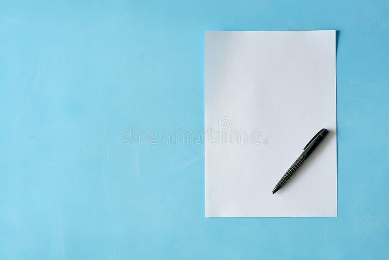 Белая бумага листа с черной ручкой isoleted на светлом - голубая предпосылка стоковая фотография rf