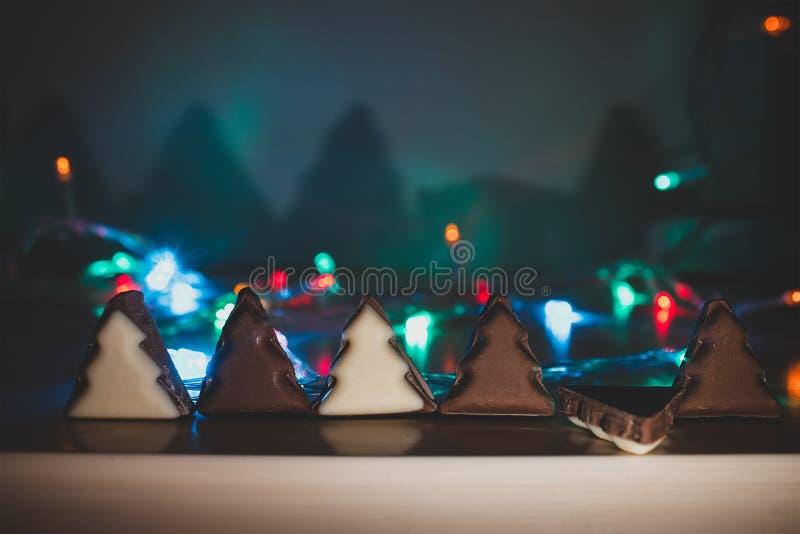 белая и черная форма шоколада рождественской елки стоковые фотографии rf