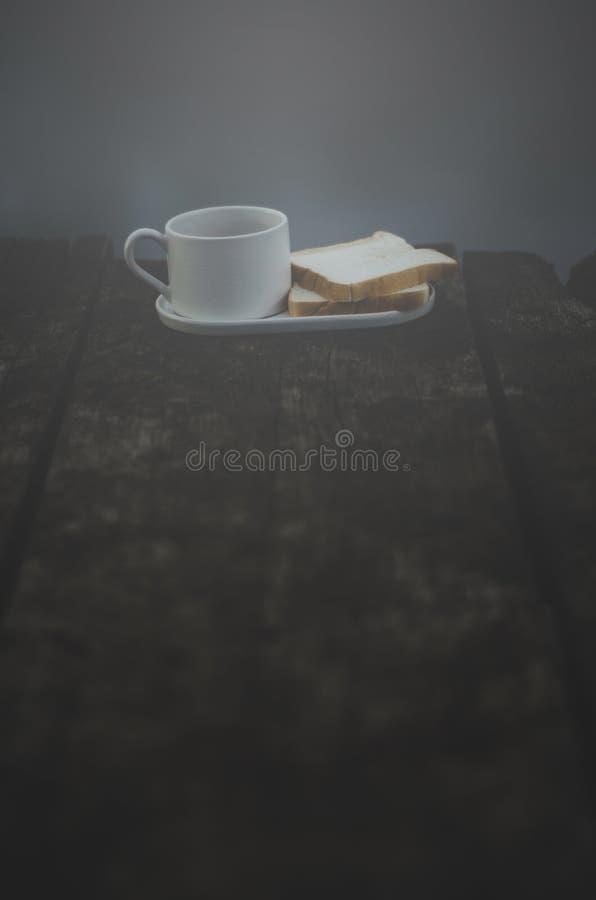 Белая кофейная чашка и хлеб реки стоковое изображение rf