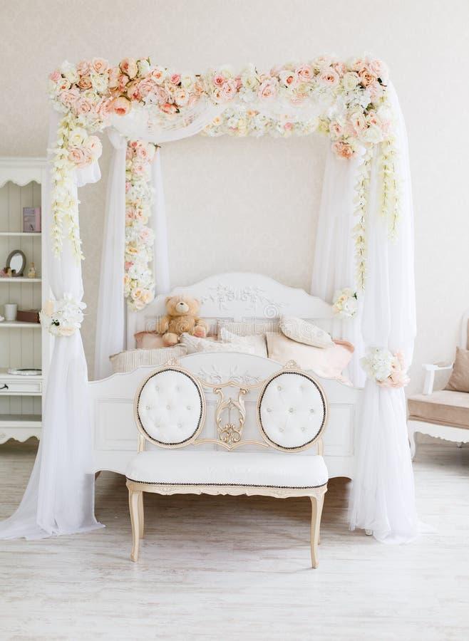 Белая нежная спальня с wreathed сенью стоковое изображение rf