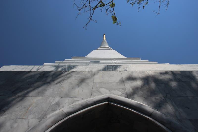Белая пагода с мраморным основанием стоковое фото rf