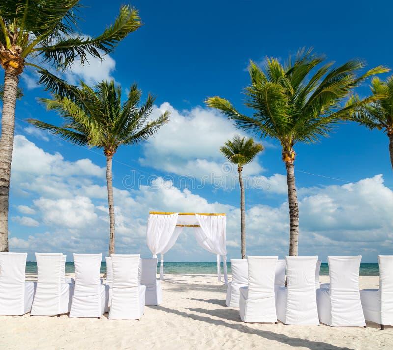 Белая свадьба изменить на пляже с белым песком в Cancun, Мексике стоковые изображения rf
