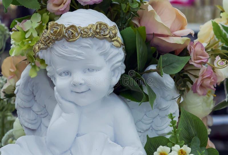 Белая скульптура гипсолита ангела с крыльями в интерьере стоковое фото rf