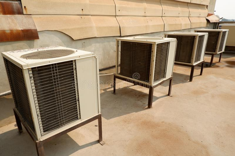 Белые компрессора кондиционирования воздуха старые и грязные блоки кондиционирования воздуха стоковое фото rf