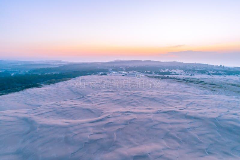 Белые песчанные дюны около океана на сумраке стоковое изображение