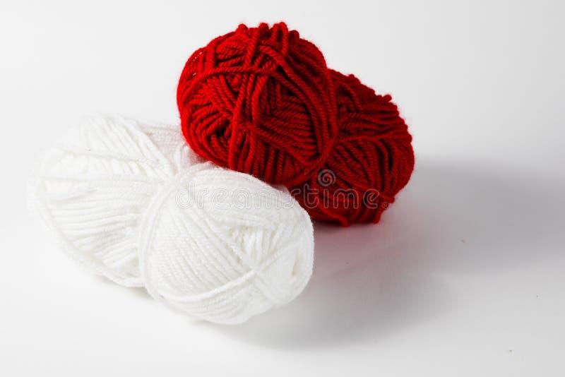 Белый и красный шарик шерстей стоковые фотографии rf