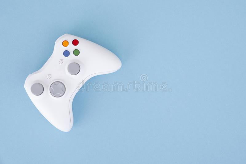 Белый кнюппель изолирован на пастельной голубой предпосылке Видеоигра Концепция игры Copyspace стоковые изображения rf