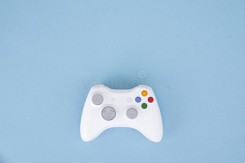 Белый кнюппель изолирован на пастельной голубой предпосылке Видеоигра Концепция игры стоковые фотографии rf