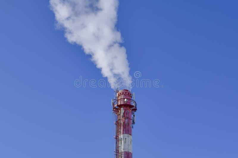 белый дым от камина термальной станции против голубого неба стоковая фотография rf