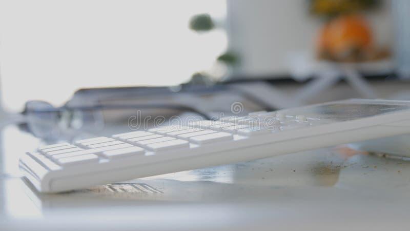 Белое изображение машины добавления около списка покупок дома в кухне стоковая фотография rf