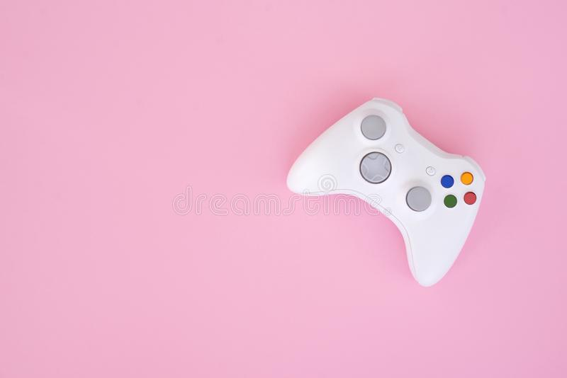 Белое gamepad, регулятор на пастельной розовой предпосылке Белый кнюппель изолирован на розовой предпосылке стоковые изображения rf