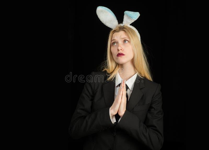 Белокурая женщина в ушах зайчика кролика Крупный план подмигивать стороне девушки зайчика Кролик и девушка Женщина зайчика стоковая фотография