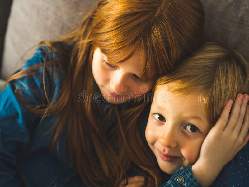 2 белокурых маленького ребенка в голубых рубашках стоковое изображение rf