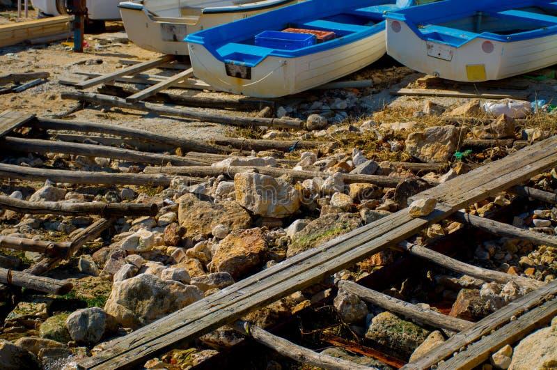 Берег рыбацких лодок на море стоковая фотография rf