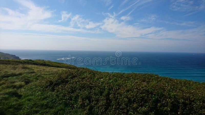 Береговая линия Корнуолла лета зеленая сценарная стоковые фото
