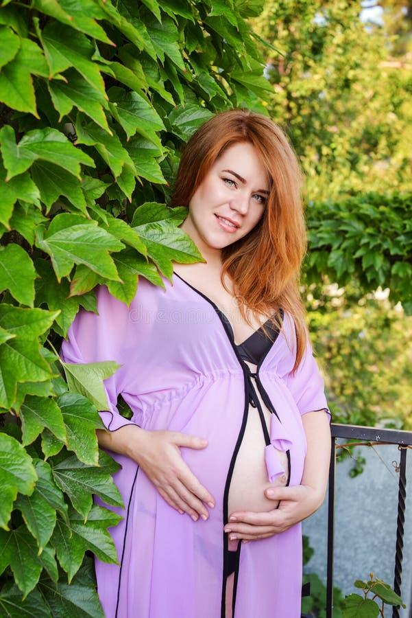 Беременная женщина Redhead стоковое изображение rf