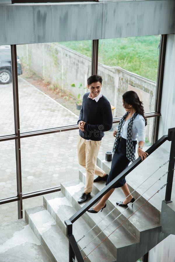 Бизнесмены идя на лестницы в офисе стоковое фото