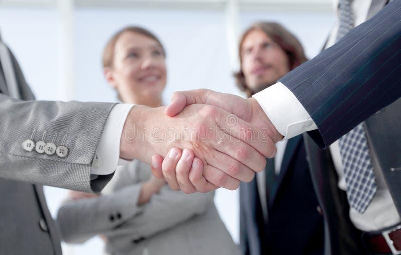 бизнесмены добро пожаловать и рукопожатия стоковые изображения