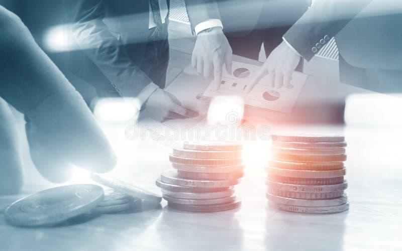 Бизнесмены обсуждают дело Различные монетки на таблице двойная экспозиция стоковая фотография rf