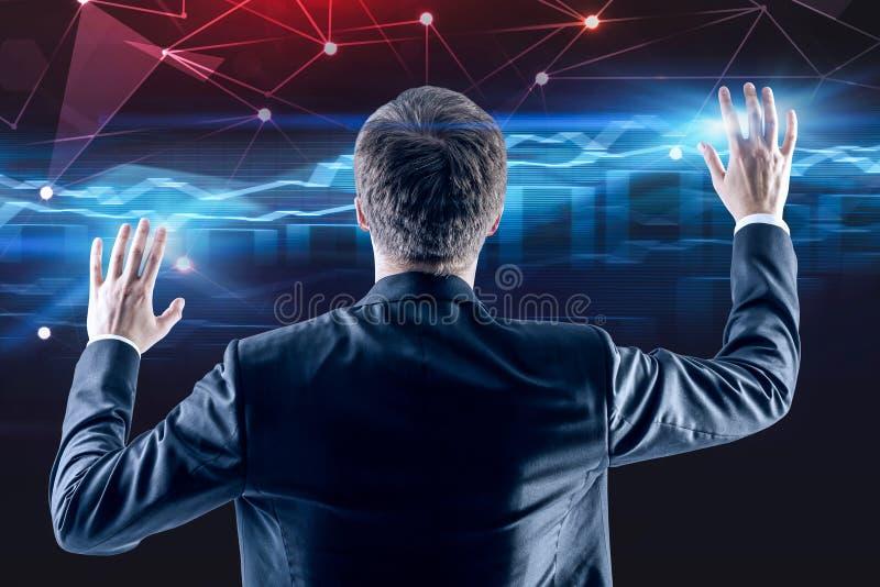 Бизнесмен работая с интерфейсом диаграммы стоковое фото rf