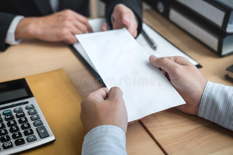 Бизнесмен отправляя уведомление об отставке в босс работодателя для того чтобы отказать увольняет контракт, изменяя и отказывая о стоковые изображения rf