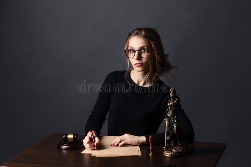 Бизнес-леди юриста работая и знаки нотариуса документы на офисе юрист консультанта, правосудие и закон, юрист стоковые изображения rf