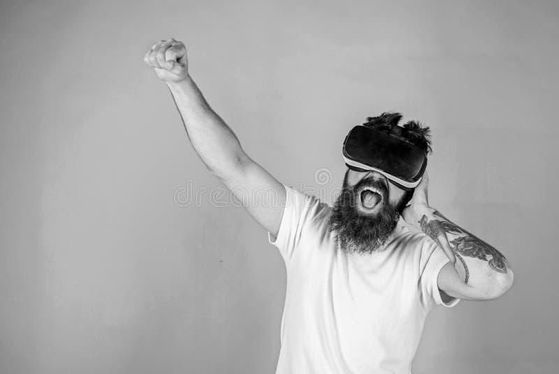 Битник на технологиях восторженной пользы стороны современных для развлечений Концепция музыканта VR DJ с игрой стекел VR стоковые фото