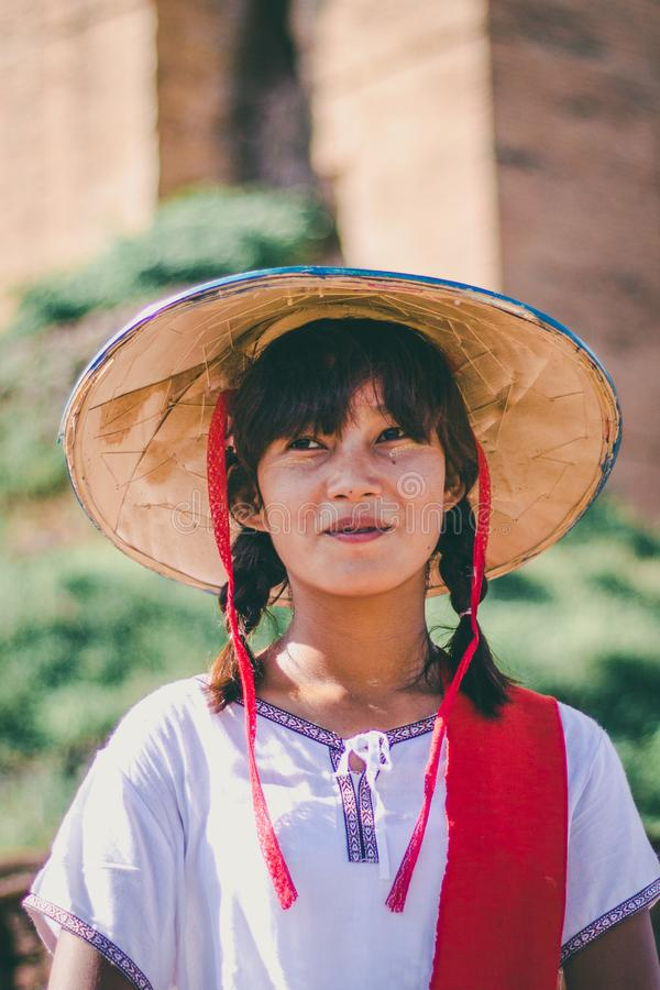 Бирманская девушка с традиционным thanaka на ее стороне стоковая фотография rf