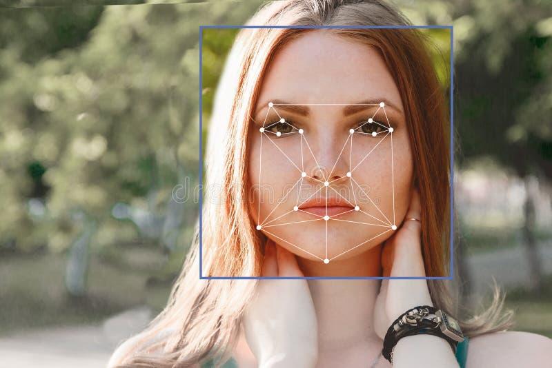 Биометрическая проверка 15 детенышей женщины Концепция новой технологии распознавания лиц на полигональной решетке стоковое изображение rf