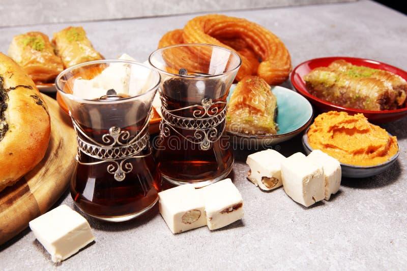 Ближневосточные или арабские блюда и сортированное meze, конкретная деревенская предпосылка Sambusak Турецкая бахлава десерта с ф стоковое изображение