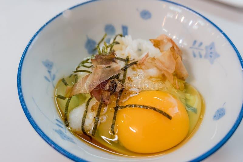 Близкая поднимающая вверх съемка традиционного завтрака японского стиля (сухой рыбы с сырцовым рисом яйца стоковые изображения rf