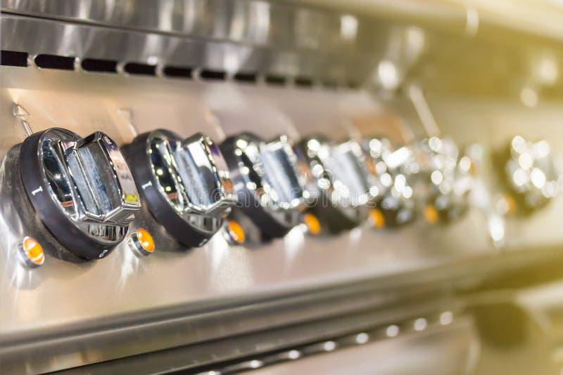 Близкая поднимающая вверх шкала ручки плиты современной индукции пульта управления электрической для на или температуры регулиров стоковое изображение