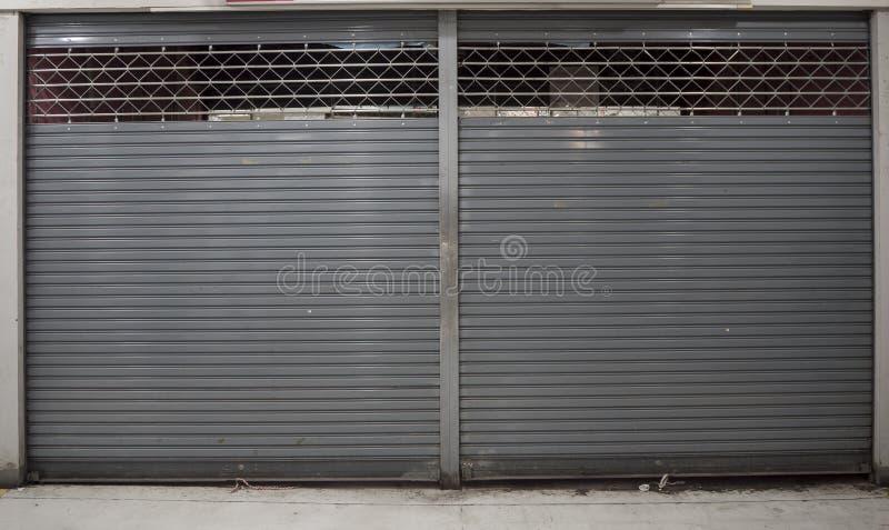 Близкая шторка или свертывая дверь предпосылки магазина с космосом экземпляра стоковая фотография