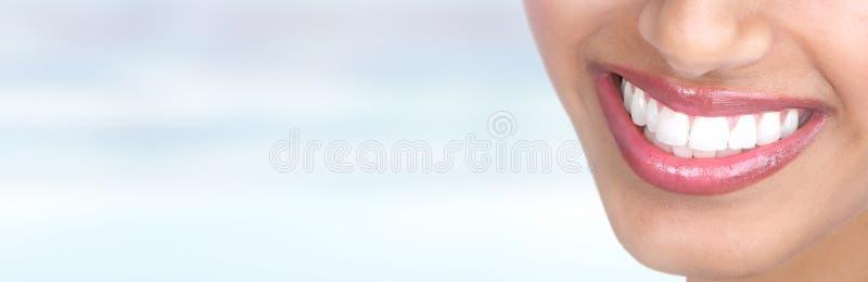 близкие зубы усмешки поднимают женщину стоковая фотография rf