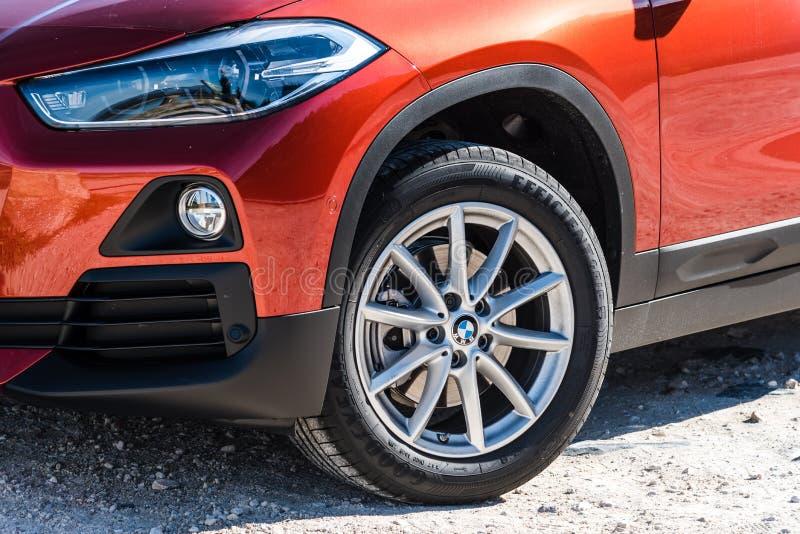Близкий поднимающий вверх взгляд фары и автошины BMW X2 стоковое изображение rf