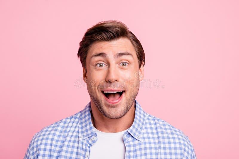 Близкое поднимающее вверх фото привлекательное изумленное смешное в стиле фанк он он его рот человека раскрыл с удовольствием вык стоковая фотография