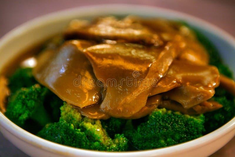 Блюдо китайского стиля кипеть брокколи и грибов в соусе устрицы стоковая фотография